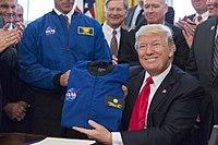 President Trump ontvangt een vluchtjasje van NASA in het Witte Huis, maart 2017.