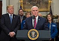 Troef met Vice President Mike Pence die een NASA financieringswet ondertekent, december 2017.