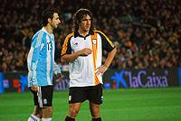 Puyol speelt voor Catalonië in een vriendschappelijke wedstrijd van 2009 tegen Argentinië op Camp Nou.