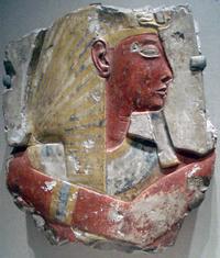 Reliëf van Ramesses II op kalksteen, nog met de originele kleur.
