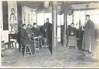 Rodina sa zišla, aby privítala Nový rok hlasnými zvukmi (1910)