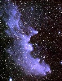 De Heksenkop-reflectienevel (IC2118), op ongeveer 1000 lichtjaar van de aarde, wordt veroorzaakt door de heldere ster Rigel in het sterrenbeeld Orion. De nevel gloeit omdat hij het licht van Rigel weerkaatst. Stof in de nevel weerkaatst het licht.