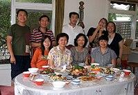 Malá rodinná večera deň pred čínskym novým rokom v roku 2006.