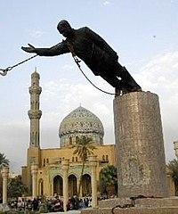 Het beroemde standbeeld van Saddam Hoessein wordt neergehaald door de Amerikaanse strijdkrachten...