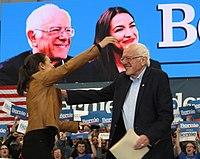 Sanders a zástupkyně Alexandria Ocasio-Cortez na předvolebním shromáždění v Council Bluffs, Iowa, listopad 2019.