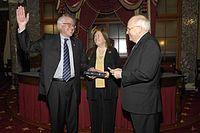 Sanders při skládání senátorské přísahy viceprezidentem Dickem Cheneym, 2007
