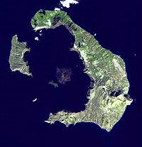 Satellietbeeld van Santorini. Met de klok mee vanuit het midden: Nea Kameni; Palea Kameni; Aspronisi; Therasia; Thera