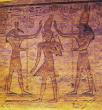 De goden Set (links) en Horus (rechts) zegenen Ramesses in de kleine tempel van Abu Simbel