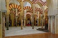 Im Inneren der Mezquita in Córdoba, einer muslimischen Moschee, die zu einer christlichen Kathedrale wurde.