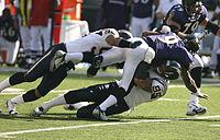 Quarterback Steve McNair gezien wordt aangepakt tijdens een wedstrijd in oktober 2006 tegen de San Diego Chargers.