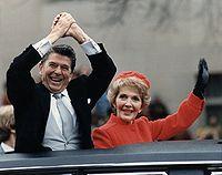 Reaganovi mávají z limuzíny během inauguračního průvodu, 1981