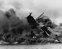 USS Arizona brandend na de aanval op Pearl Harbor.