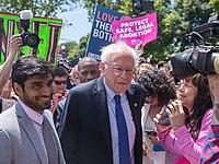 """Sanders na shromáždění """"Stop zákazům"""" před Nejvyšším soudem, květen 2019"""