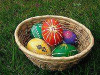 Eier, die Ostern feiern, das oft in den April, manchmal aber auch in den März fällt.