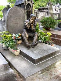 Grafsteen van Vaslav Nijinsky in Cimetière de Montmartre in Parijs. Het standbeeld, geschonken door Serge Lifar, toont Nijinsky als de marionet Petrouchka.