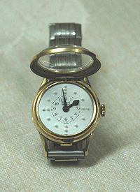 Eine Uhr, die so konstruiert ist, dass die Menschen die Tageszeit mit den Fingern fühlen können.
