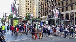 Een menigte kijkt toe van achter de politielinies op Martin Place