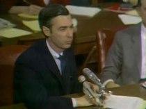 Media afspelen Rogers die voor de Senaat van de Verenigde Staten getuigen over de financiering van PBS, 1969
