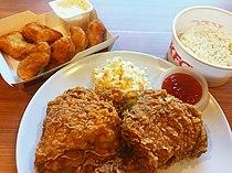 KFC Fried Chicken serviert mit Reis und Ketchup in Malaysia