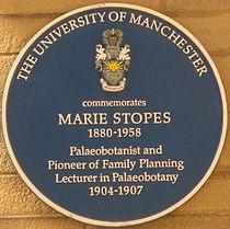 Blauwe plaquette ter nagedachtenis aan Marie Stopes aan de Universiteit van Manchester