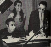 Rogers onderzoekt een tape-replay met Betty Aberlin en Johnny Costa, december 1969.