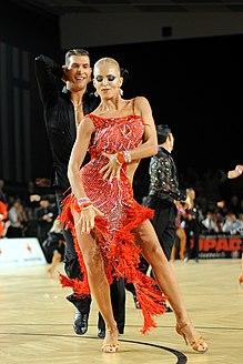 Взрослая пара танцует на соревнованиях по латиноамериканским танцам в Австрии.