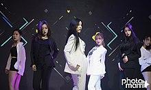 T-ara als vierkoppige groep (met back-up dansers) in juni 2017