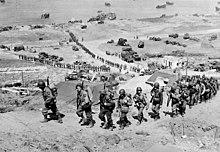 De opbouw op Omaha Beach: versterkingen van mannen en materieel in het binnenland 7 juni 1944