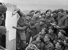 Mannen van de British 22nd Independent Parachute Company, 6th Airborne Division wordt gebrieft voor de invasie, 4-5 juni 1944.