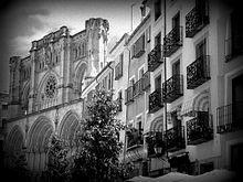 Een zwart-wit foto van de Cuenca-kathedraal & huizen in Cuenca, Spanje