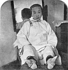 一个被绑住脚的女人。