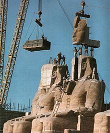 Het standbeeld van Ramses de Grote bij de Grote Tempel van Abu Simbel. Het wordt weer in elkaar gezet nadat het in 1967 werd verplaatst om te voorkomen dat het onder water zou lopen.