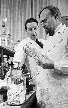 Alexander Oparin (rechts) in het laboratorium