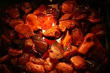 Bewolkt ongepolijst amber, kunstmatig verlicht