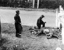Franse burgers die bloemen plaatsen op het lichaam van een dode Amerikaanse soldaat, 1944