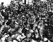 Amerikaanse troepen aan boord van een LCT, klaar om over het Engelse Kanaal naar Frankrijk te rijden. 12 juni 1944.