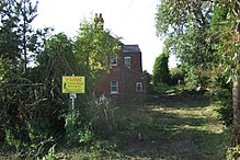 """""""Grasmere"""" op Ferry Road in afwachting van verkoop bij opbod. De website van de veilingmeester zegt: """"Een vrijstaand Victoriaans huis dat volledig gerenoveerd moet worden, gelegen in een open landschap met omliggende weide van 8,11 acres. Richtprijs: £150,000 - £200,000."""""""