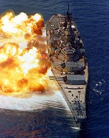 """1984 m. """"USS Iowa"""" pademonstruota kovinio laivo ugnies galia"""