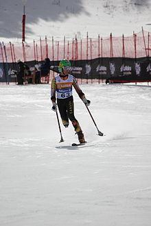 Lyžař z Kanady, který lyžuje ve stoje a nemá část nohy.