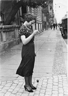 Una mujer jugando con un yo-yo