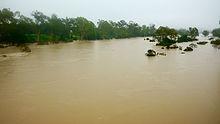 De gezwollen Burnett rivier bij Gayndah, 350 kilometer (220 mi) ten noordwesten van Brisbane.