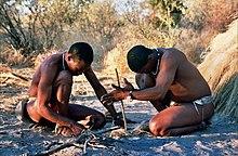 Feuer von Hand eröffnen. Die San in Botswana
