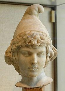 Hoofd van Attis met een Phrygische pet (Pariaans marmer, 2de eeuw n. Chr.).