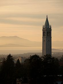 Sather Tower met uitzicht op de baai van San Francisco en de Mount Tamalpais.