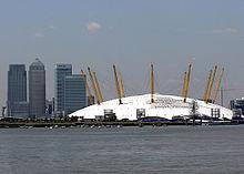 Купол Тысячелетия, который виден с реки Темзы.