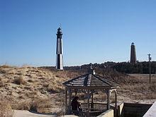 Het nieuwere lichtstation en de oude vuurtoren van Cape Henry
