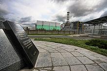 Kerncentrale Tsjernobyl reactor nummer 4, de bijhorende sarcofaag en het gedenkmonument, 2009