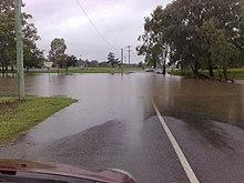 Een overstroomde straat in Warwick