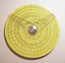 Pickett cirkelvormige schuifregel met twee cursors. (4,25 in./10,9 cm diameter) Reverse heeft een extra schaalverdeling en een cursor.