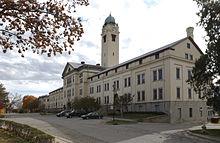 Grant Hall, velitelství a symbol pevnosti Leavenworth